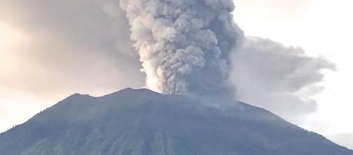 Mount Agung's eruption [Image via: Michael W. Ishak/Wikimedia Commons]
