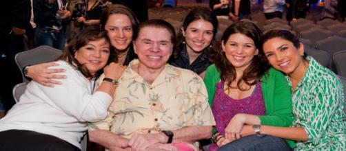 Silvio Santos ao lado de suas filhas