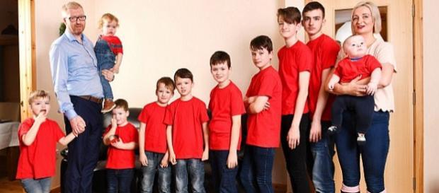 A escocesa Alexis Brett possui 10 filhos, e enfrenta uma rotina cansativa para cuidar de todos eles (Crédito: Bruce Adams/Daily Mail)