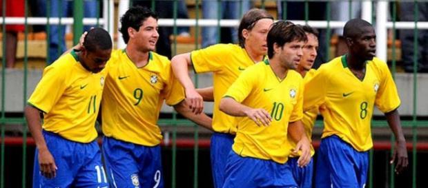 Dois jogadores com passagem pela Seleção são cogitados no Corinthians