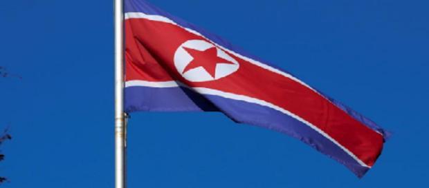 Una bandera de Corea del Norte vuela sobre un mástil en la Misión Permanente de Corea del Norte en Ginebra el 2 de octubre de 2014.