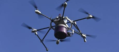 A robotic delivery drone similar to the one smugglers are using to get drugs across the US border. [image via wikimedia commons/Eduardofamendes]