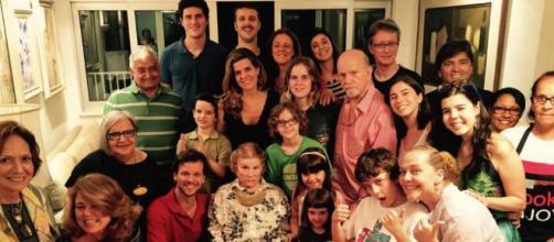 Tônia Carrero reapareceu, sentada, cercada de familiares - entre filhos, netos e bisnetos - em sua festa de 93 anos.