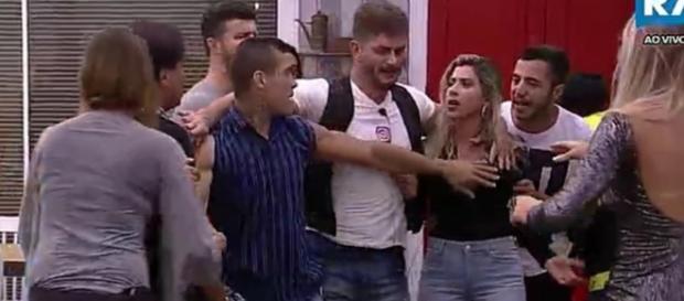 Briga generalizada em ''A Fazenda'' (Foto: Captura de vídeo)