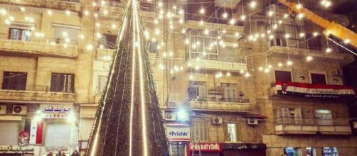 Aleppo: un albero di Natale giganteggia tra le rovine