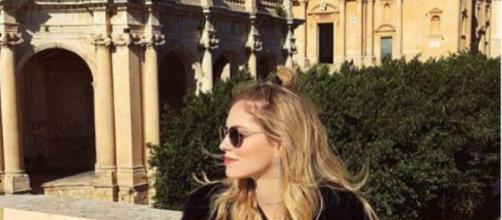 Chiara Ferragni alle spalle il centro storico di Noto