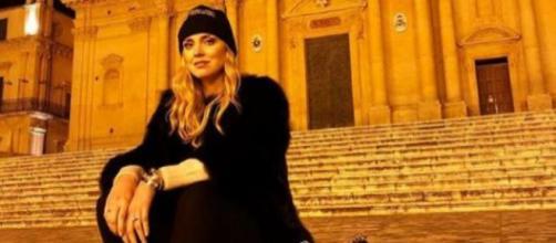 Chiara Ferragni sulla scalinata della Cattedrale di Noto