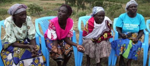 Imagem de viúvas quenianas que hoje lutam para abolir ritual sexual de purificação do Quênia.