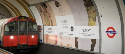 I manifesti censurati presso la metropolitana di Londra. Immagine di Christian Lendl / Ente del Turismo Viennese