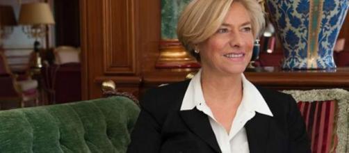 Roberta Pinotti denunciata a seguito della vicenda della bandiera nazista nella caserma dei Carabinieri.