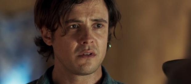 Gael é humilhado e espancado por detentos na novela ' O Outro lado do Paraíso' | Foto: TV Globo