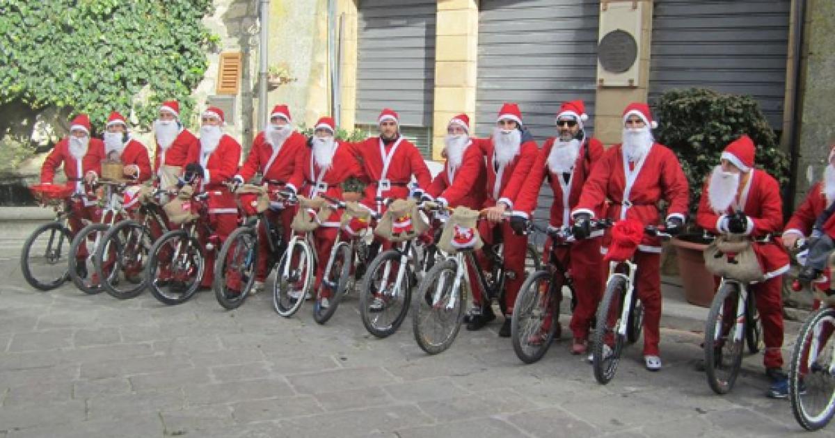 Babbo Natale In Bicicletta.Torino Raduno Dei Babbo Natale In Bici A Scopo Benefico