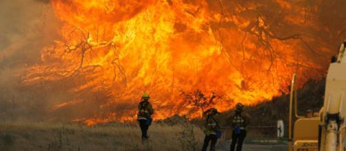 Alcuni pompieri che cercano di contenere le fiamme
