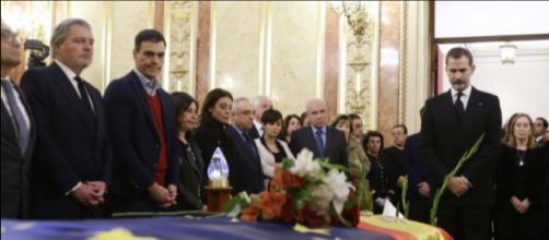 Pedro Sánchez durante el velatorio a Manuel Marín