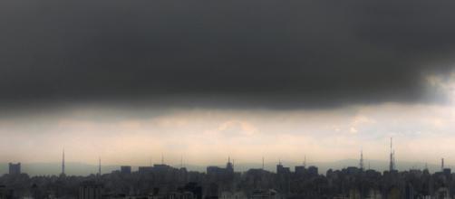 Poluição pairando sobre metrópole