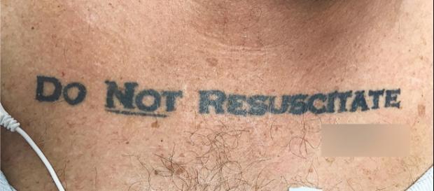 Tatuagem de senhor causou conflito ético nos Estados Unidos. Foto: Reprodução/The New England Journal of Medicine.