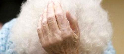 A 93 anni sfrattata di casa dalla Polizia. Immagine di repertorio dal web