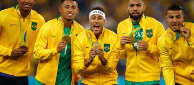Neymar recebe a medalha de ouro nas Olimpíadas