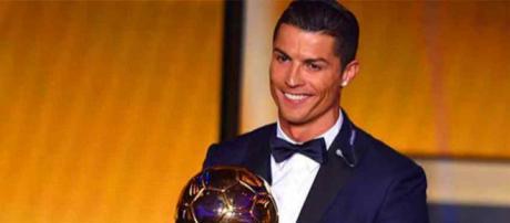 Cristiano Ronaldo recebeu o troféu pela quinta vez