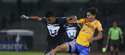 Pumas y Tigres disputando partido del Apertura 2017