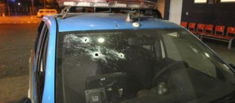 Carro da PM levou diversos tiros de fuzil disparados por bandidos na Rodovia Washington Luís (Foto: Osvaldo Praddo)