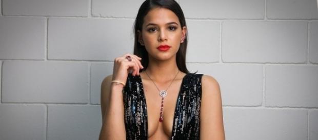 Bruna Marquezine manda fãs cuidarem da própia vida.