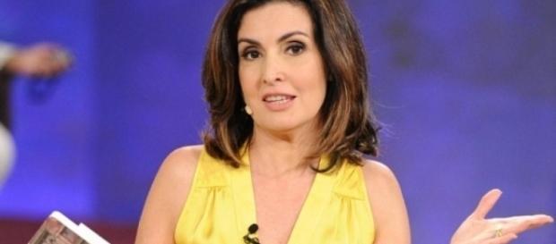 Fátima Bernardes leva cantada ao vivo.