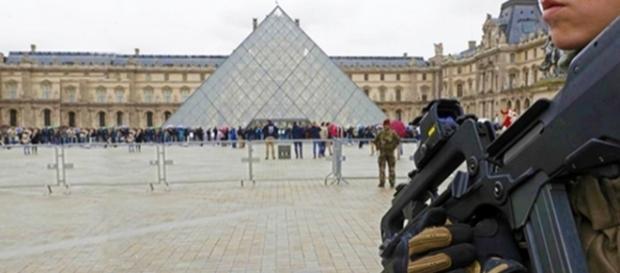 Museu do Louvre reabre suas portas sob forte policiamento após ataque terrorista