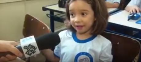 A pequena Raquel conquistou repórter e internautas (Reprodução: YouTube)