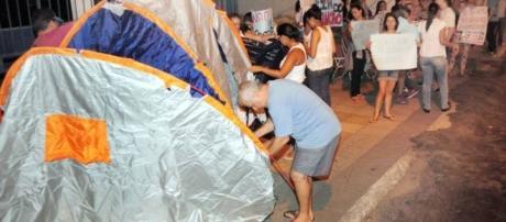 Familiares de policiais militares já estão acampando na porta dos batalhões