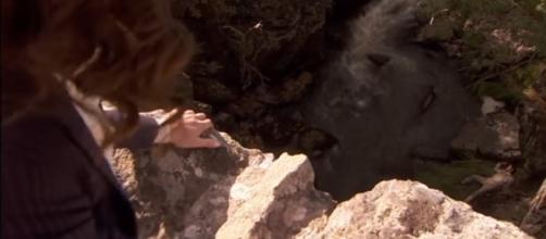 Camilla uccide Nestor gettandolo giù da un ponte.