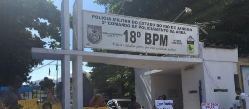 Famílias dificultam saída de policiais de batalhões; FONTE Globo.com