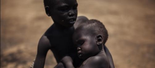 Nguma Idris, 3 anos, e Sabit Idris, 1 ano. Foto: ACNUR/B. Sokol