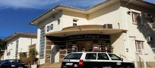 Na imagem a polícia civil da cidade que acompanha o caso estranho e ainda cheio de lacunas.