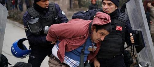 La polizia turca arresta un docente