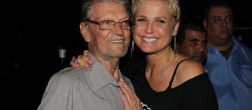 Xuxa e o pai durante evento em 2013