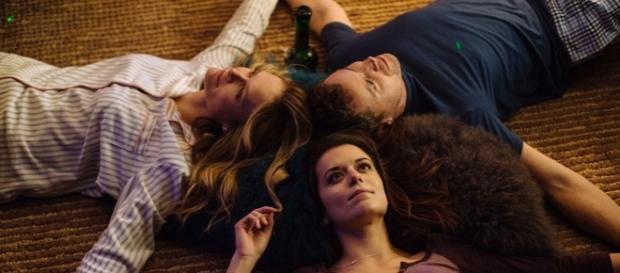 """Atores em cena da série """"You Me Her""""."""