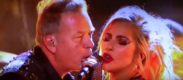 Lady Gaga e James Hetfield dividem o microfone após falha no microfone de James no Grammy 2017. Reprodução: Youtube.