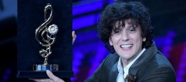 """Nella terza serata Ermal Meta vince il Premio per la migliore cover con """"Amara terra mia"""" di Domenico Modugno."""