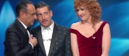 Carlo Conti insieme ai due finalisti di Sanremo 2017