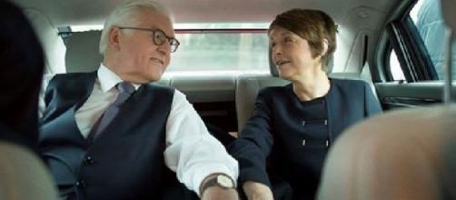 Il neo presidente tedesco Frank-Walter Steinmeier in auto con la moglie Elke che ha ringraziato su Facebook. Foto: Facebook