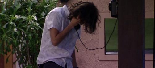 Pedro atendendo o telefonema mais temido do Brasil
