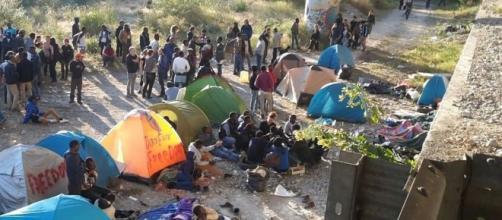 Un sindaco Pd blocca la strada ai migranti