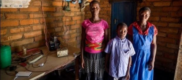 Alinefe, Tifa e Kennedy as três irmãs das gêmeas que continuam vivendo na África