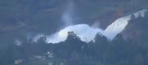 immagini della fuoriuscita d' acqua delle diga di Oroville in California