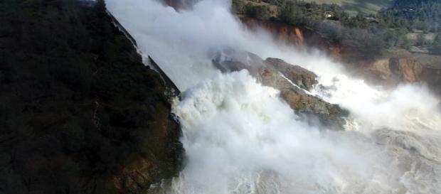 Canalul deversor al celui mai înalt baraj din SUA a început să se prăbușească, în jur de 200.000 de oameni fiind evacuați - Foto: YouTube