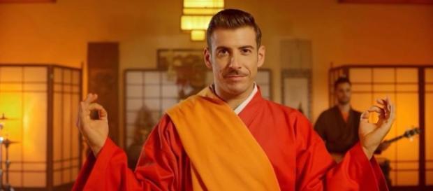 """Francesco Gabbani nel video ufficiale di """"Occidentali's karma"""""""