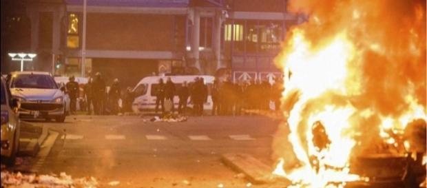 Vários carros foram queimados durante protestos em Paris