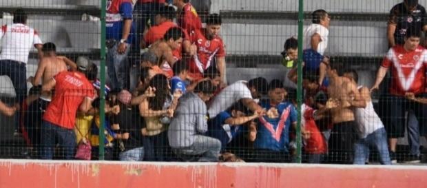 Violencia en el Puerto! Afición de Veracruz y Tigres se agarraron ... - sopitas.com