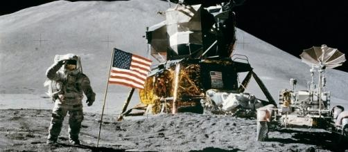 Domenica 20 luglio 1969, la missione Apollo 11 permette, per la prima volta, ad un uomo di poggiare il piede sul suolo lunare.